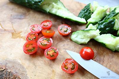 トマトを上下で二等分に切る