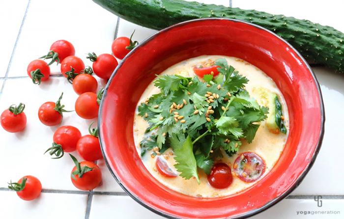 赤い器にキュウリとトマトの豆乳スープ