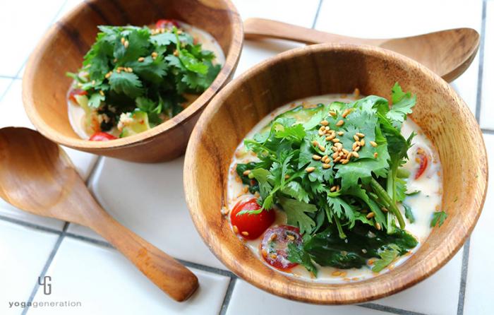 木の器に入ったキュウリとトマトの豆乳スープ