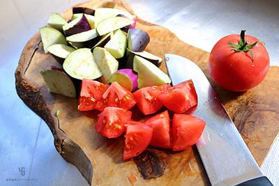 ナスとトマトを一口大に切る