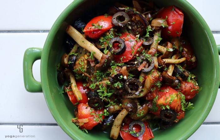緑の器に入ったナスとトマトとベーコンのガーリック醤油炒め