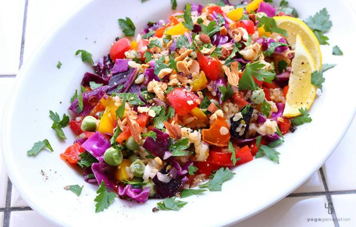 白い皿に乗った虹色玄米サラダ