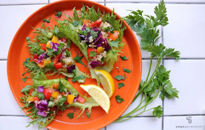オレンジ色の皿に乗った虹色玄米サラダ