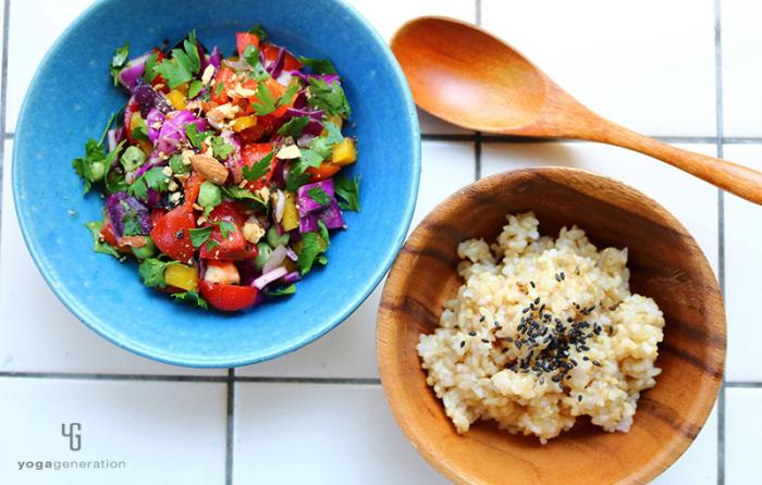 ターコイズ色の器に乗った虹色玄米サラダ