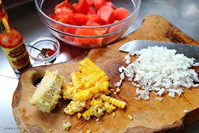 トウモロコシと玉ねぎを下準備する