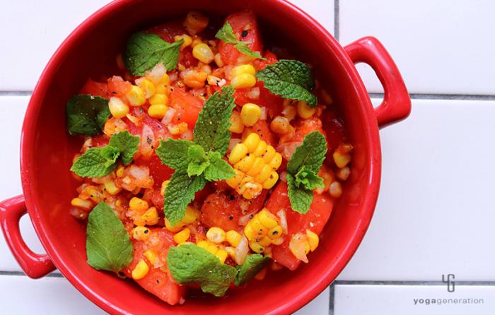 赤い器に入ったスイカとトマトのメキシカン・サラダ