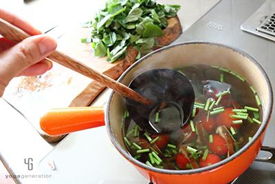 モロヘイヤとトマトを加えて調味する