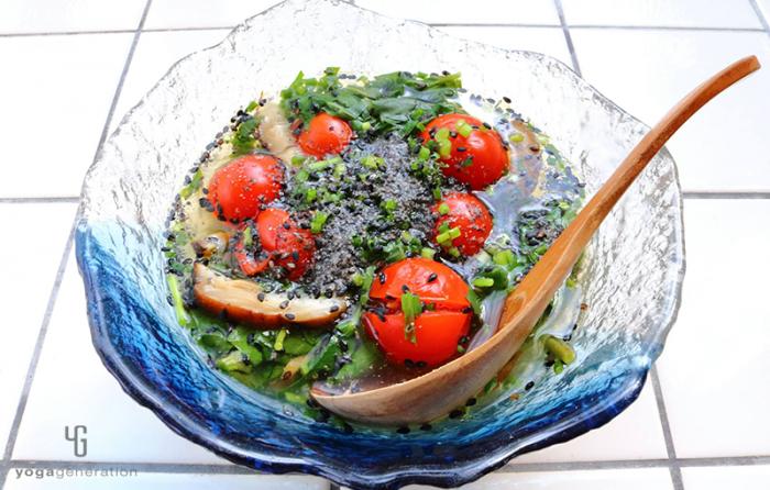 ガラスの器にに入ったモロヘイヤとトマトの酸っぱいスープ