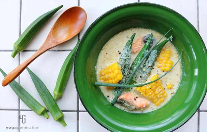 オクラと鮭のピリ辛豆乳スープ