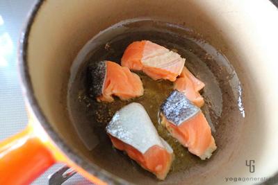 鍋で鮭の表面を揚げ焼きする