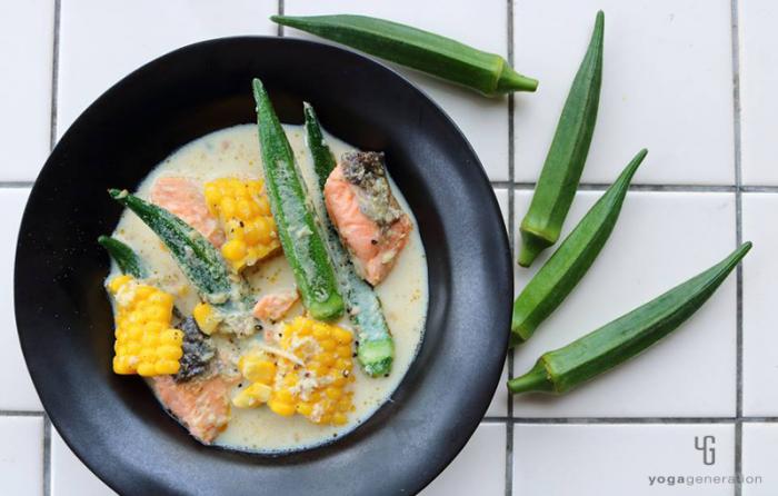 黒い器に入ったオクラと鮭のピリ辛豆乳スープ
