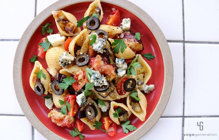 赤い皿に乗ったイチジクとナス、ブルーチーズのパスタ・サラダ