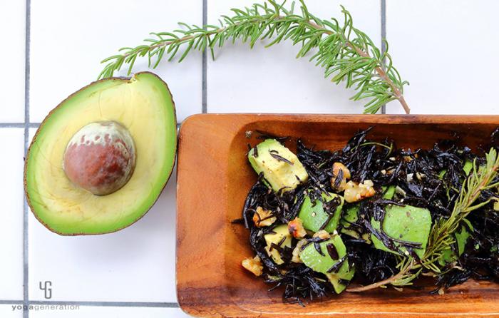 木の皿に盛り付けた芽ヒジキとアボカドのガーリック・サラダ