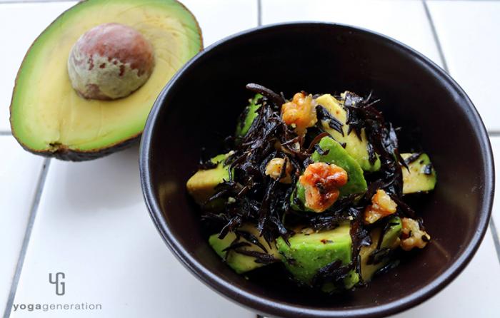 黒い器に盛り付けた芽ヒジキとアボカドのガーリック・サラダ