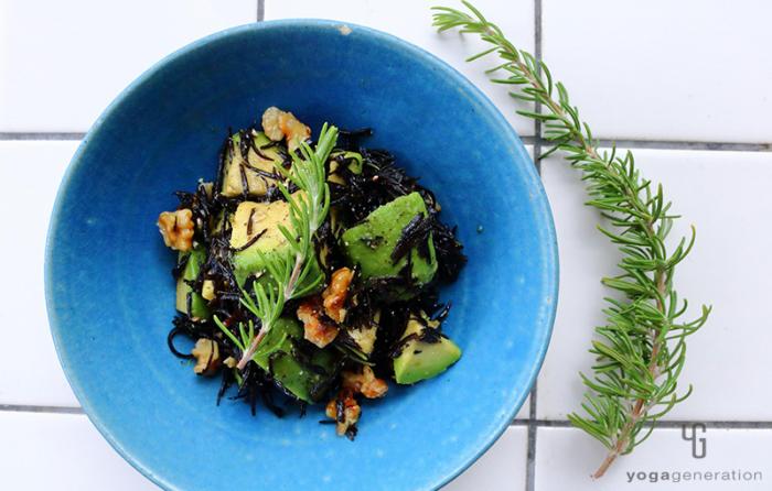 ターコイズの器に盛り付けた芽ヒジキとアボカドのガーリック・サラダ
