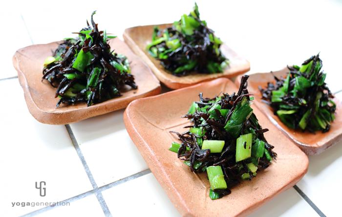 小皿に盛った芽ヒジキとニラのお醤油マリネサラダ