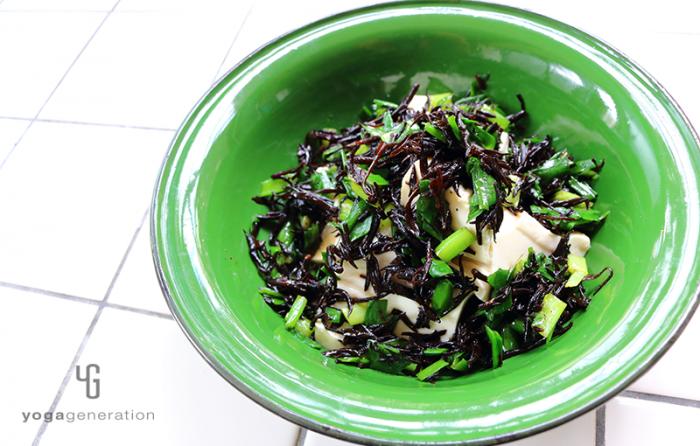 緑の器に盛った芽ヒジキとニラのお醤油マリネサラダ