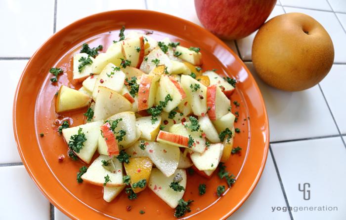 オレンジの皿に盛り付けたリンゴとナシの爽やかマリネサラダ