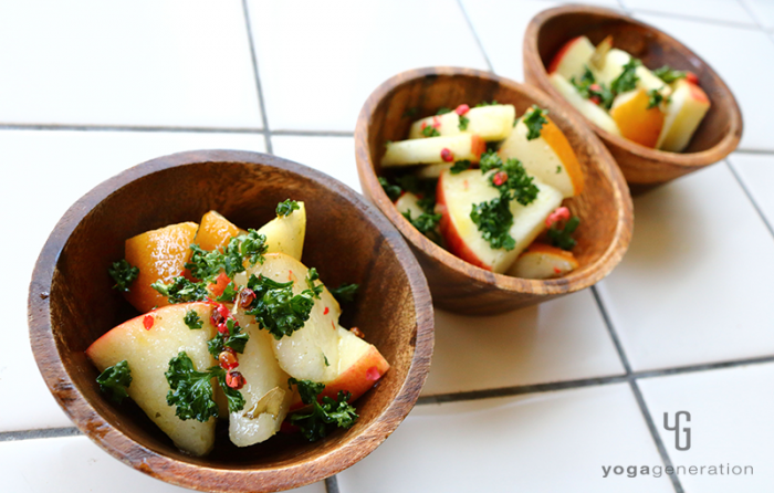 木の器に盛り付けたリンゴとナシの爽やかマリネサラダ