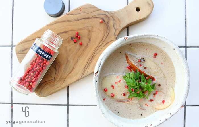 白い器に入ったココナッツミルク・スープ