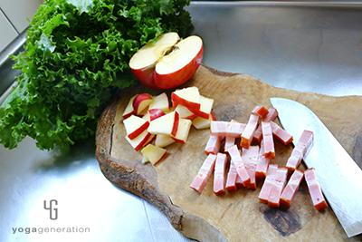 リンゴとベーコンを切る