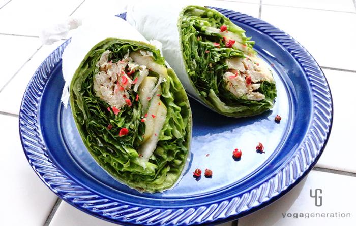 トルティーヤで巻いた青リンゴとハーブチキンのサラダ