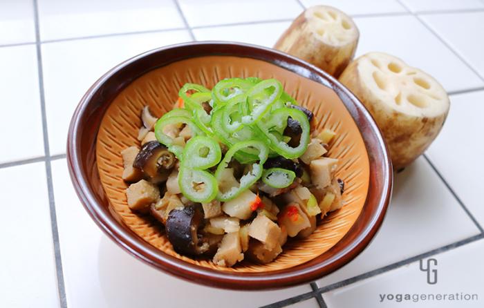 茶色の器に盛り付けたレンコンと高野豆腐のピリ辛味噌炒め