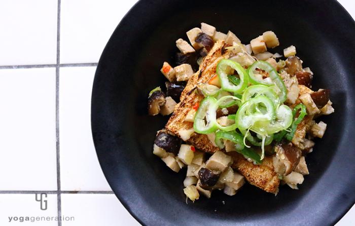 黒い器に盛り付けたレンコンと高野豆腐のピリ辛味噌炒め