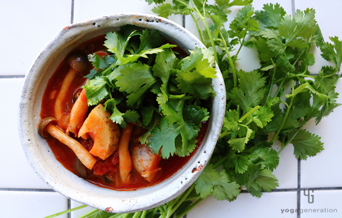陶器の器に入れたメキシカン・チリ・スープ