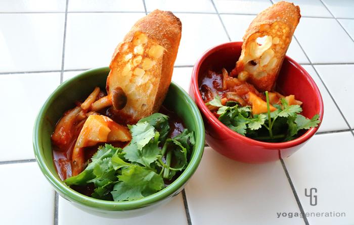 赤と緑の器に入れたメキシカン・チリ・スープ