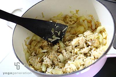 ニンニクの香りを移したオイルで野菜を炒める
