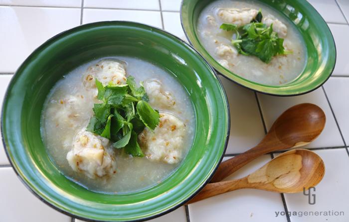緑の器に入った山芋とレンコン団子の柚子胡椒スープ