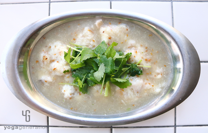 シルバーの器に入った山芋とレンコン団子の柚子胡椒スープ