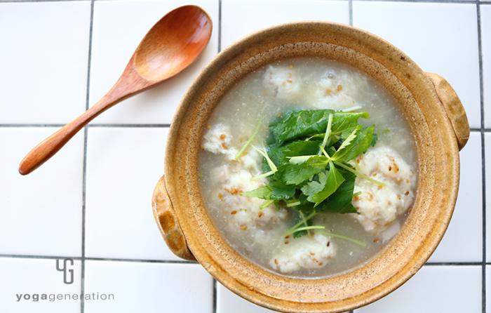 土鍋に入った山芋とレンコン団子の柚子胡椒スープ