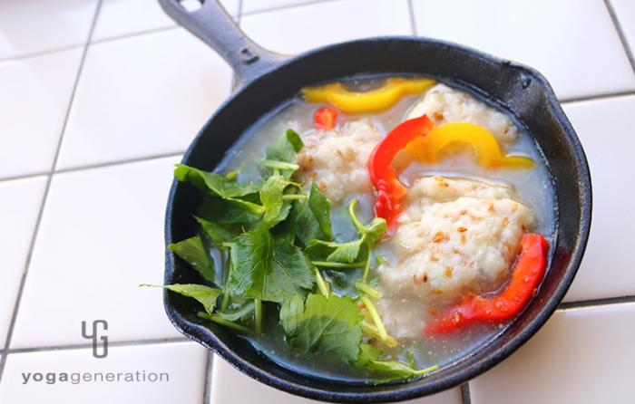 スキレットに入った山芋とレンコン団子の柚子胡椒スープ