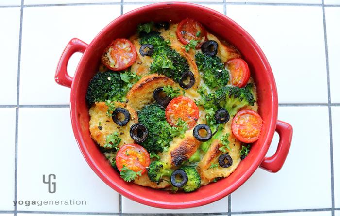 赤い器に入った野菜たっぷりフレンチトースト