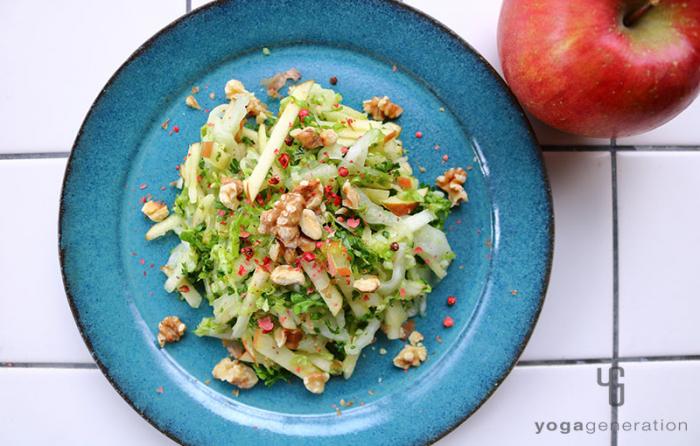 白菜とリンゴとクルミで歯応えが楽しいクリスピー・サラダ