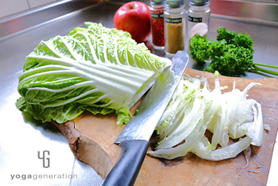 白菜とリンゴを千切りにする