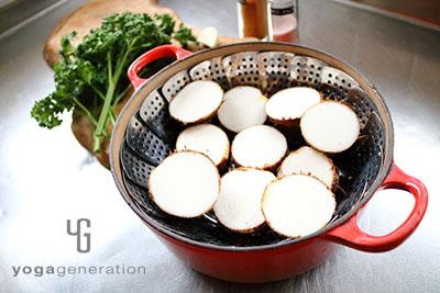 里芋を半分に切って蒸す