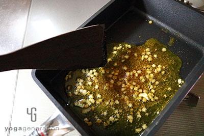 ニンニクとスパイスと里芋を炒めて