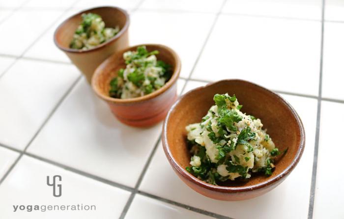 お猪口に盛り付けた里芋とたっぷりパセリのスパイシー・カレー・サラダ