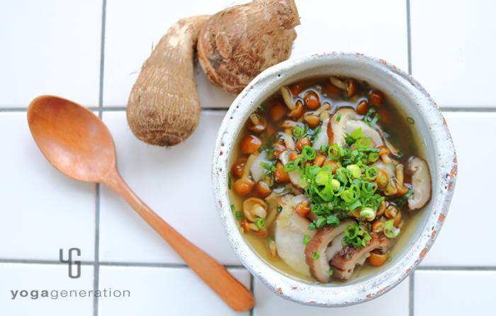 白い器に入れた里芋とナメコのショウガスープ