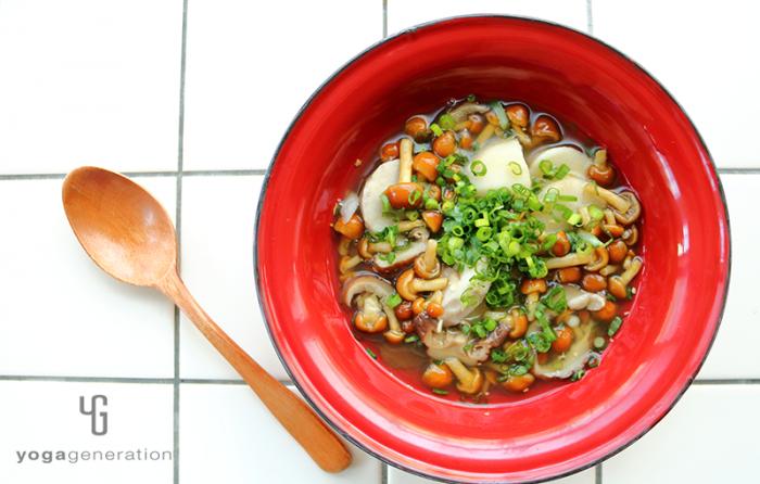 赤い器に入れた里芋とナメコのショウガスープ