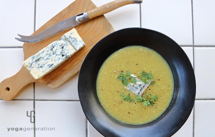黒い器に盛り付けたカルダモン香るサツマイモのスープ、ブルーチーズ添え