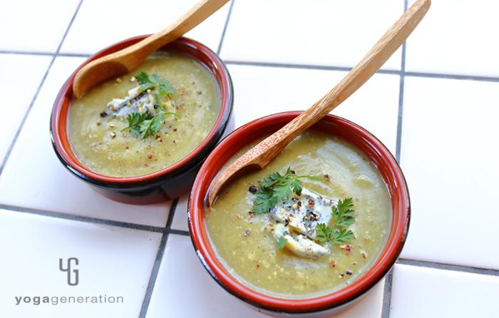 小さい皿によそったカルダモン香るサツマイモのスープ、ブルーチーズ添え