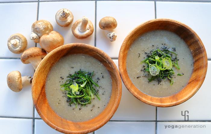 木の器に盛り付けたキノコのガーリック味噌スープ