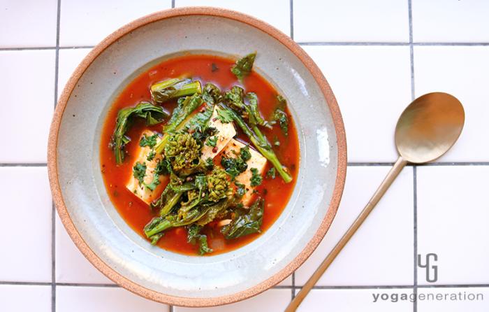 グレーの器に入ったお豆腐と菜の花のメキシカン・トマトスープ