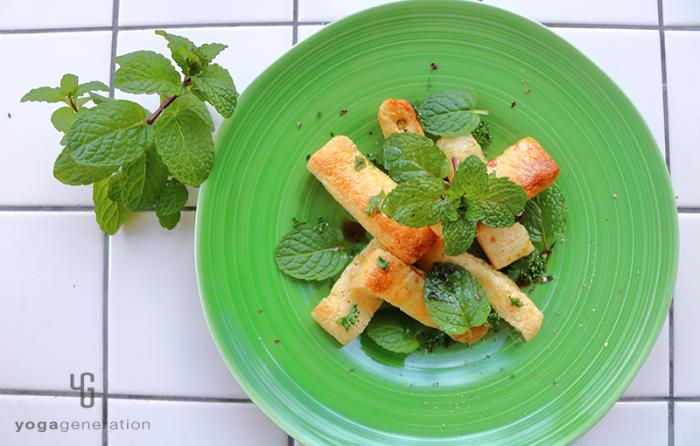 緑の皿に盛り付けたサクッとお揚げと爽やかミントのバルサミコ・サラダ