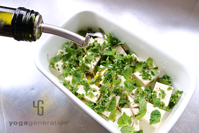 豆腐とハーブを混ぜる