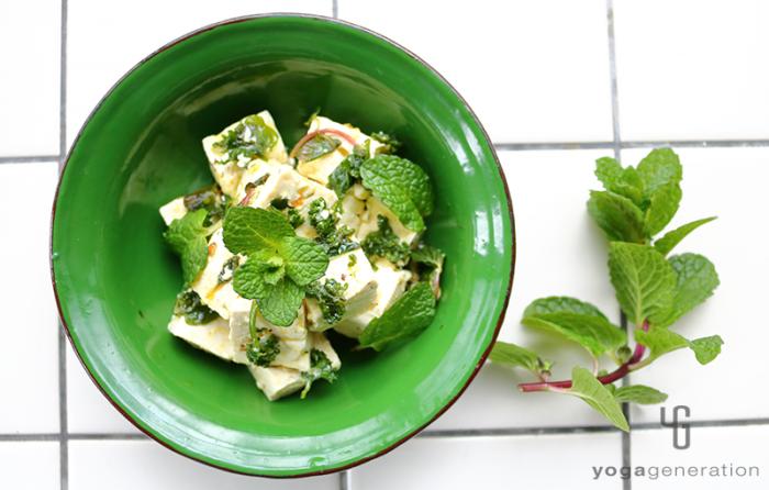 緑の器に入ったハーブでお豆腐マリネ